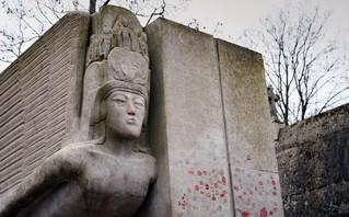 Ποια η αιτία που ο τάφος του Όσκαρ Ουάιλντ είναι γεμάτος με κόκκινα φιλιά