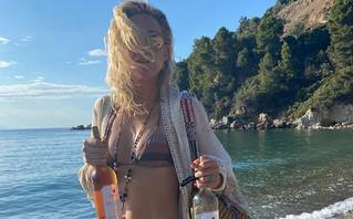 Η Κέιτ Χάντσον απολαμβάνει τις διακοπές της σε μυστική παραλία της Σκιάθου