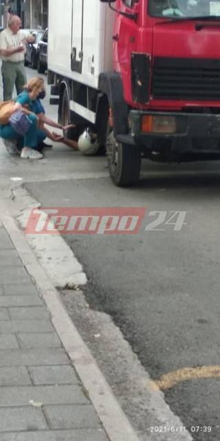 Σοκαριστικό τροχαίο στην Πάτρα: Οδηγός μηχανής σφηνώθηκε κάτω από φορτηγό