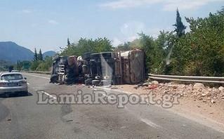 Τροχαίο στην Αθηνών – Λαμίας: Εικόνες από την ανατροπή νταλίκας – Στο νοσοκομείο ο οδηγός