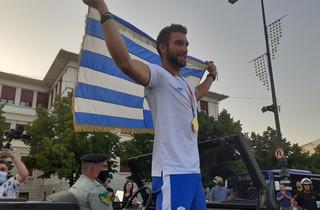 Ολυμπιακοί Αγώνες 2020: Υποδοχή ήρωα για τον «χρυσό» Στέφανο Ντούσκο στα Γιάννενα – Τον μετέφεραν με στρατιωτικό τζιπ