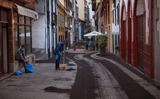 Πολίτες σκουπίζουν στάχτες από το ηφαίστειο στη Λα Πάλμα