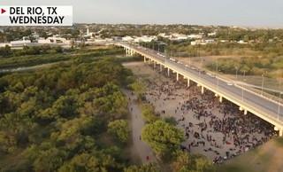 Συγκλονιστικές εικόνες με χιλιάδες μετανάστες που περιμένουν κάτω από γέφυρα στο Τέξας