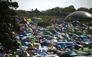 Θεατές και σκηνές στο φεστιβάλ του Γκλάστονμπερι
