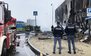 Αστυνομικοί και πυροσβέστες στο Μιλάνο μετά τη συντριβή αεροσκάφους σε κτίριο