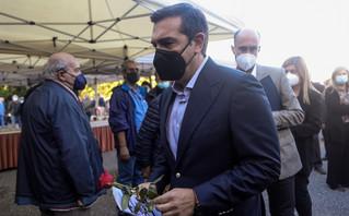 Ο Αλέξης Τσίπρας με κόκκινο τριαντάφυλλο στην κηδεία του Τάσου Κουράκη