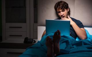 Άνθρωπος παρακολουθεί πορνό στον υπολογιστή